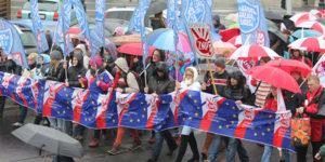 """Nie dla chaosu w szkole"""", Warszawa, 19 listopada 2016 r. Manifestacja ZNP przechodzi przez Plac Trzech Krzyży."""