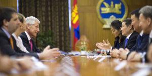 Norovyn Altakhuyag jako premier Mongolii w trakcie spotkania z amerykańskim sekretarzem obrony Chuckiem Haglem (2014 r.)