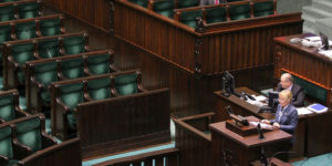 Barbara Bubula prezentuje opinię Klubu Parlamentarnego Prawo i Sprawiedliwość, dotyczącą nowelizacji ustawy o podatku VAT. Zwraca uwagę brak przedstawicieli Klubu w ławach poselskich.