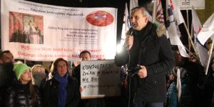 29 listopada 2016 r. Sławomir Broniarz, prezes Związku Nauczycielstwa Polskiego, przemawia podczas akcji protestacyjnej przed gmachem Sejmu. Z lewej: wicemarszałek Sejmu RP, Małgorzata Kidawa-Błońska.