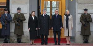 Powitanie ukraińskiej pary prezydenckiej na dziedzińcu Pałacu Prezydenckiego w Warszawie, 2 grudnia 2016 r. Od lewej: Marina Poroszenko, Petro Poroszenko - prezydent Ukrainy, Andrzej Duda - prezydent RP, Agata Kornhauser-Duda.