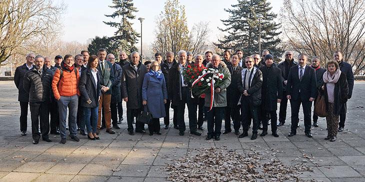 Członkowie Warszawskiej Izby Gospodarczej z wieńcem w hołdzie Niepodległej