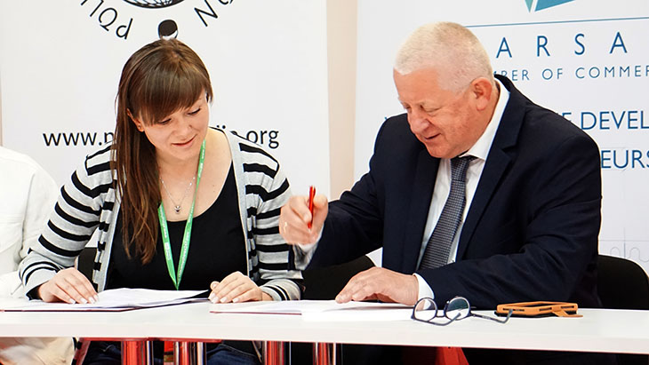 Umowę o wspołpracy podpisuje Marek Traczyk (Warszawska Izba Gospodarcza) oraz Olga Hutsuliak, szefowa Wydziału Międzynarodowych Stosunków Gospodarczych Izby Przemysłowo-Handlowej w Iwano-Frankiwsku