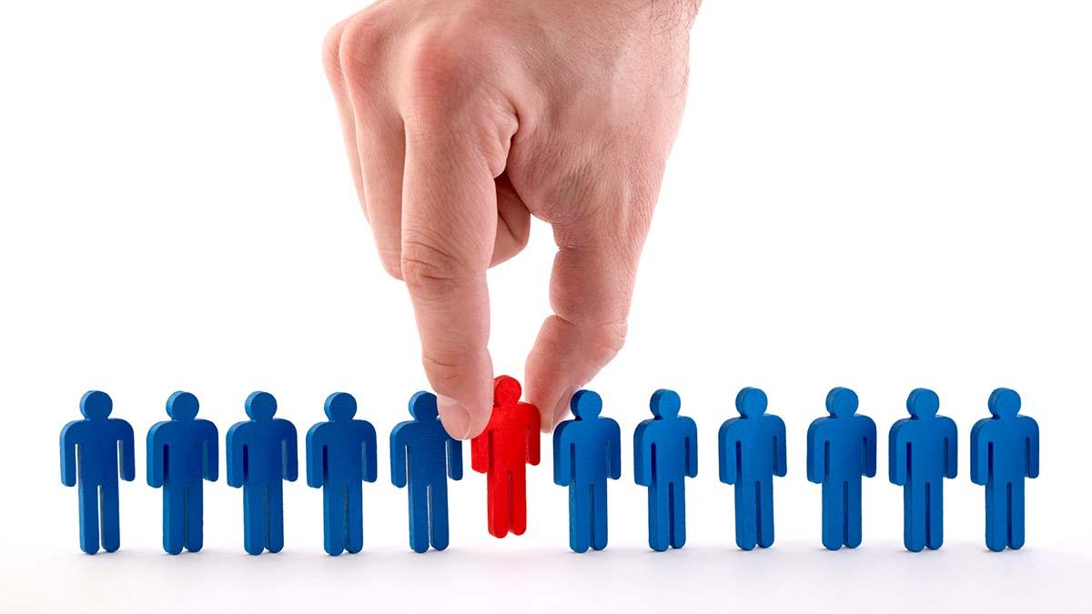 Figurki przedstawiające ludzi i ludzka ręka