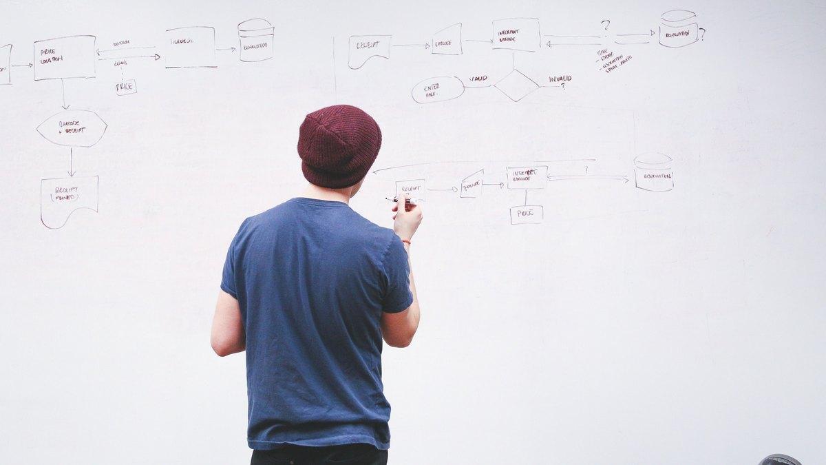 Mężczyzna piszący na tablicy