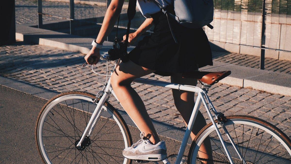 Dziewczyna jadąca rowerem