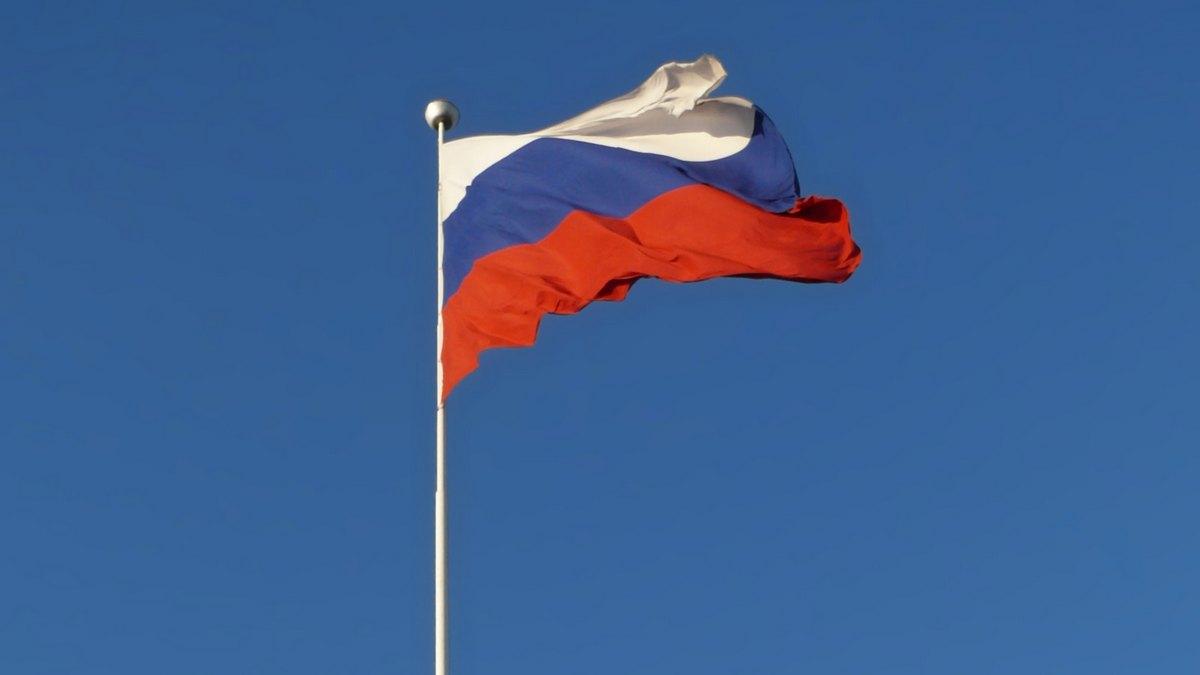 Flaga Rosji na maszcie