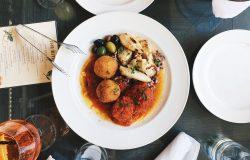 Stół w restauracji z daniami