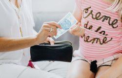 Matka dająca córce pieniądze