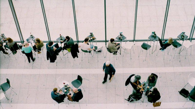 Ludzie w firmowej restauracji