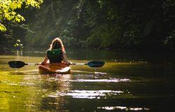 Kobieta płynąca kajakiem
