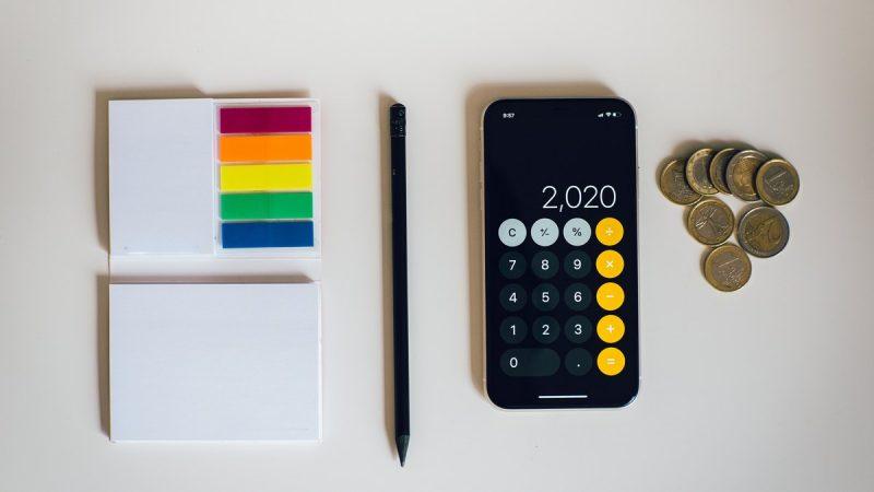 Kalkulator, długopis, przybory do pisania