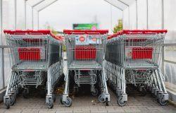 Wózki przed supermarketem