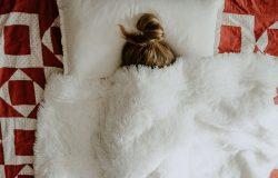 Chora dziewczynka w łóżku