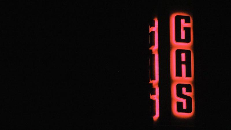 "neon z napisem ""Gas"""